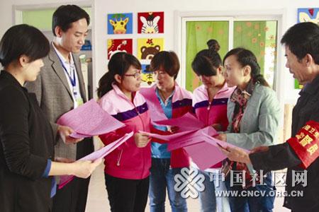 山东龙泉苑社区党员群众携手清洁家园筑和谐.jpg