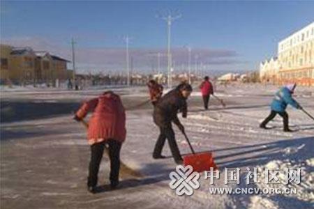 东路社区干部为居民扫雪清道图片
