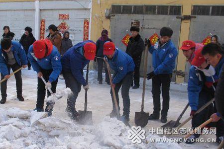 青年志愿者服务队进社区扫雪-社区开展 我是雷锋 志愿服务活动