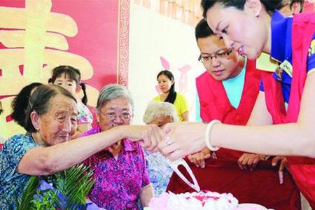东方/东方福爱心联盟志愿者走进东发老年公寓,为老人送去生日蛋糕