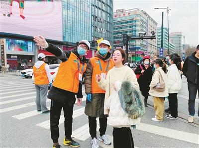 """浙江杭州:志愿服务1.7万多次 """"春节红""""遇上了""""志愿红"""""""